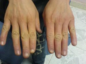 دستان یک خانم 20 ساله که از فرط شستن به دستان یک زن مسن شباهت دارد