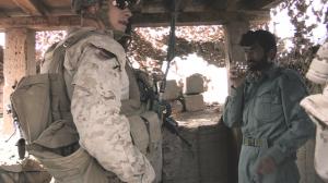 سرباز خارجی و مترجم او در حال گفتگو با یک پلیس افغان. عکس از بی بی سی