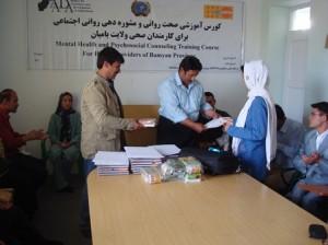 توزیع شهادتنامههای کارگاه آموزشی صحت روانی در بامیان