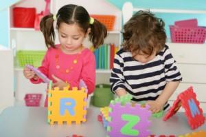 ژان پیاژه مراحل رشد فکری-شناختی کودکان را به چهار مرحله ی اصلی بخش بندی کرد